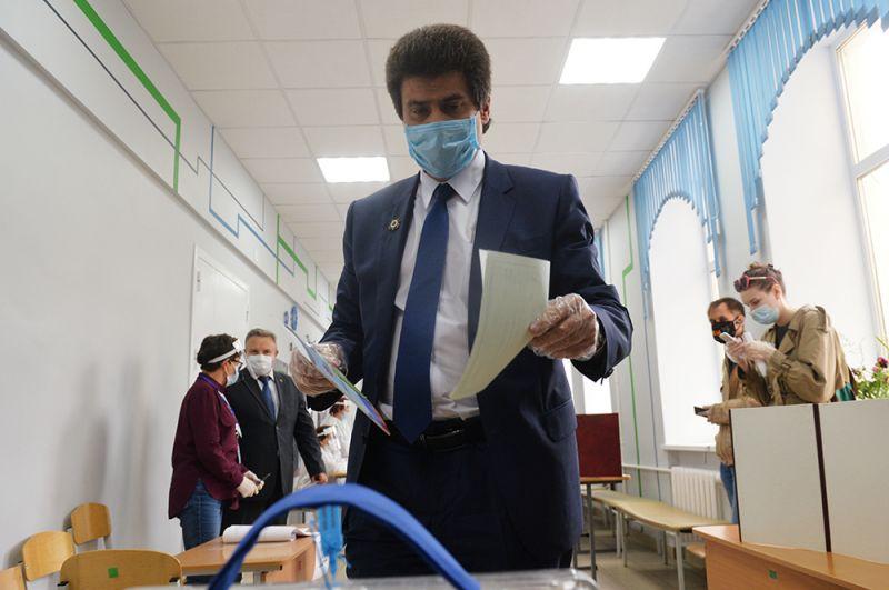 Глава Екатеринбурга Александр Высокинский голосует на участке № 1244 в Екатеринбурге.