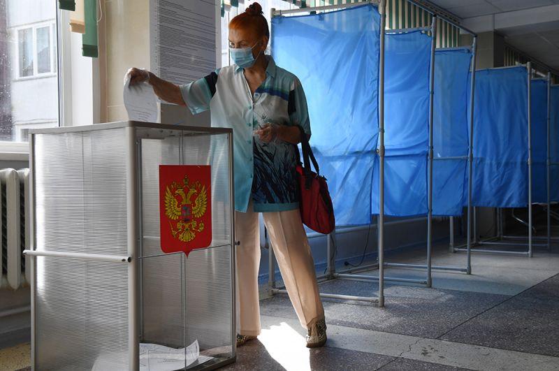 Женщина принимает участие в голосовании на участке № 1503 в Новосибирске.