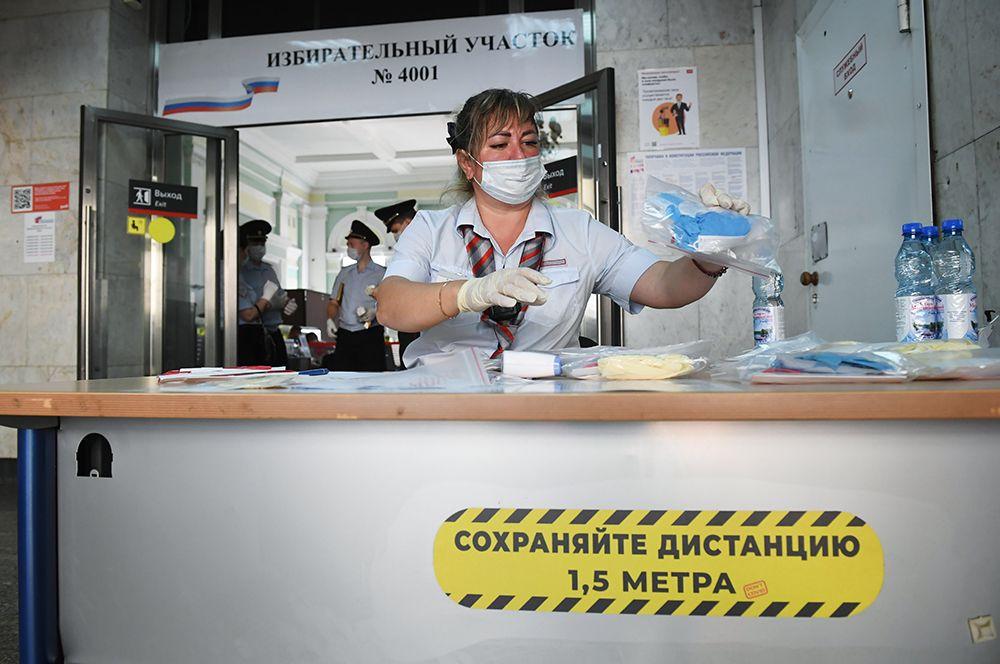 На входе в участок № 4001 на Курском вокзале в Москве, где можно проголосовать по поправкам в Конституцию РФ.
