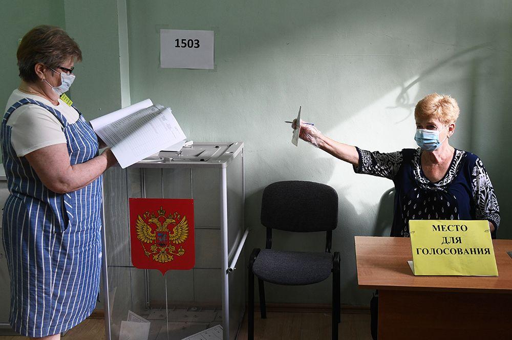 Регистрация участницы голосования на участке №1503 в Новосибирске.