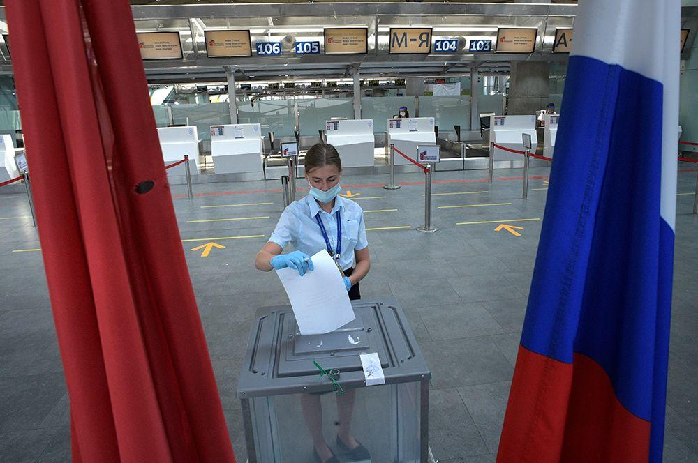 Сотрудница аэропорта «Пулково» во время голосования на участке в аэропорту Санкт-Петербурга.