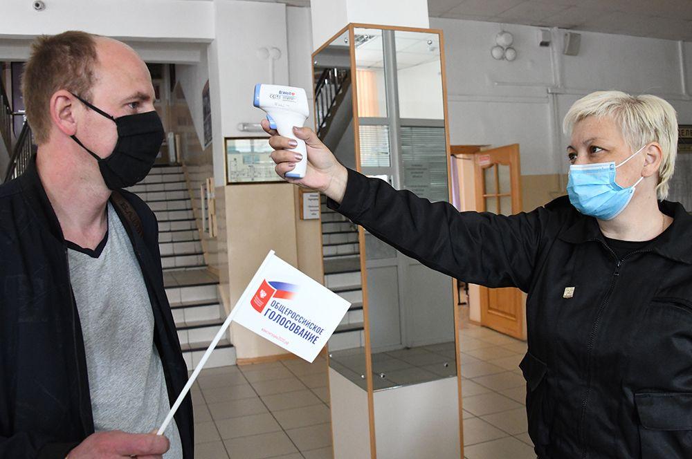Измерение температуры голосующего на участке № 209 в Чите.