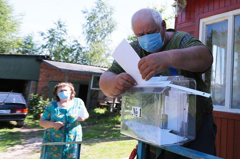 Мужчина голосует на дому в селе Шульгино Тульской области.