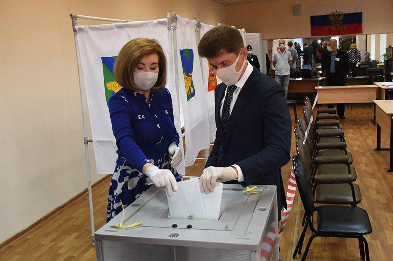 Губернатор Приморского края Олег Кожемяко с супругой Ириной во время голосования на участке № 727 во Владивостоке.
