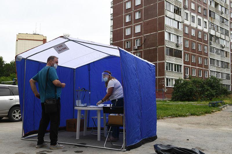 Выездное голосование на придомовой территории в Новосибирске.
