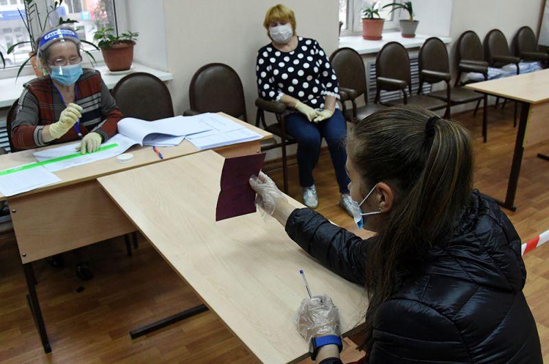 Регистрация участницы голосования на участке № 727 во Владивостоке.