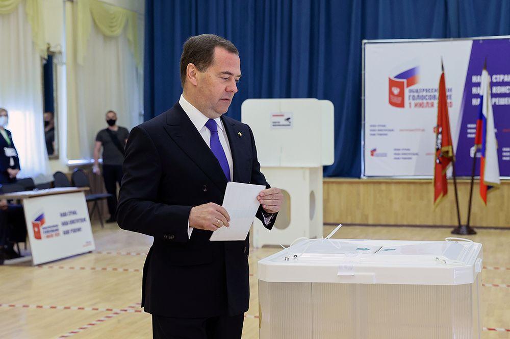 Заместитель председателя Совета безопасности РФ, председатель партии «Единая Россия» Дмитрий Медведев во время голосования на участке в московской гимназии №1448.