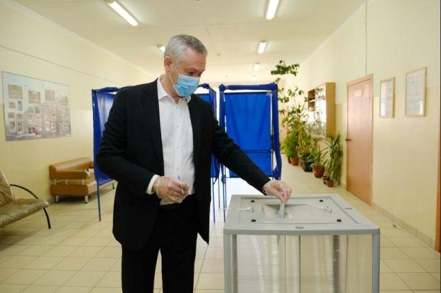 Глава региона в числе первых пришел на избирательный участок.