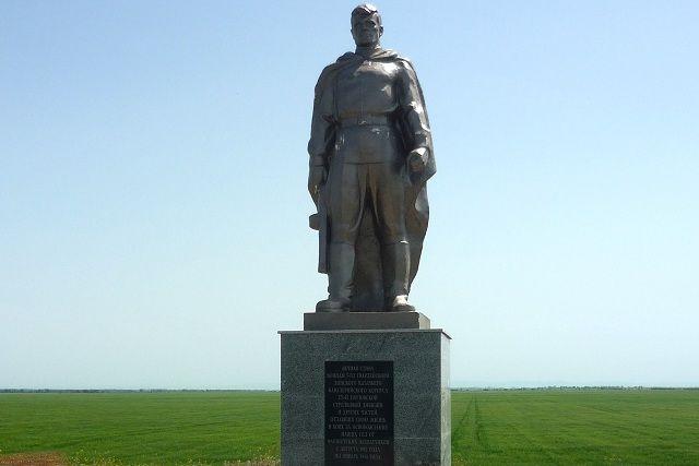 В Курском районе отремонтируют монумент на братской могиле, а затем проложат к нему дорогу