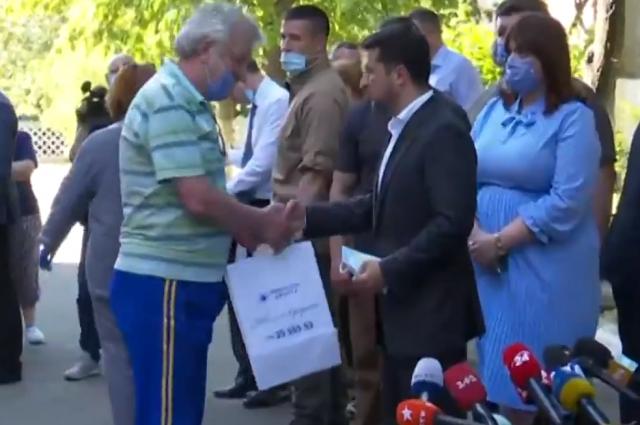 Зеленский вручил ключи от новых квартир пострадавшим от взрыва на Позняках
