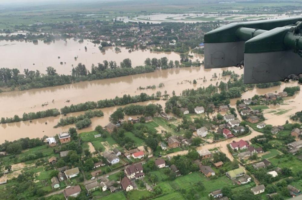 В Закарпатской обладминистрации сообщили, что паводками в области повреждено 12 автодорог коммунальной собственности, 6 участков автодороги государственной собственности (Н-09), а также разрушено 5 подвесных мостов.