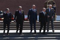 24 июня 2020. Президент РФ Владимир Путин и главы государств, приглашенные на военный парад, на церемонии совместного возложения цветов к Могиле Неизвестного Солдата в Александровском саду в Москве.