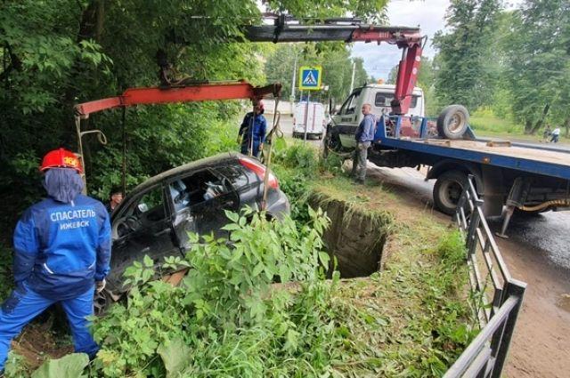 В Ижевске две женщины пострадали при падении автомобиля в яму