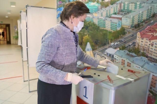 Губернатор Наталья Комарова уже отдала свой голос