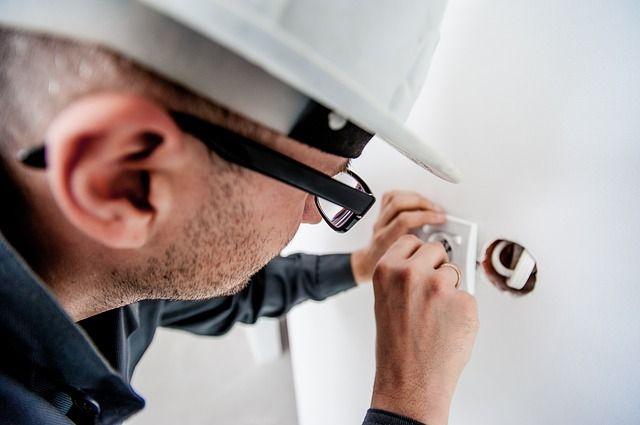 При оборудовании электрической проводки в жилом помещении рекомендуется использовать только качественные и безопасные материалы.