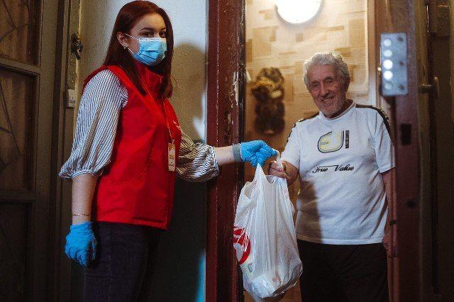 Ещё в рамках акции «Мы вместе» волонтёры оказали огромную помощь пожилым людям. Затем подробно рассказали о поправках к Основному закону, когда стартовали акция «Волонтёр Конституции».