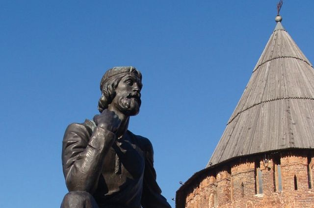 Зодчий Фёдор Конь уже который месяц грустит около Громовой башни, обнесённой лесами. Осенью там начался ремонт кирпичной кладки, но потом работы были приостановлены.