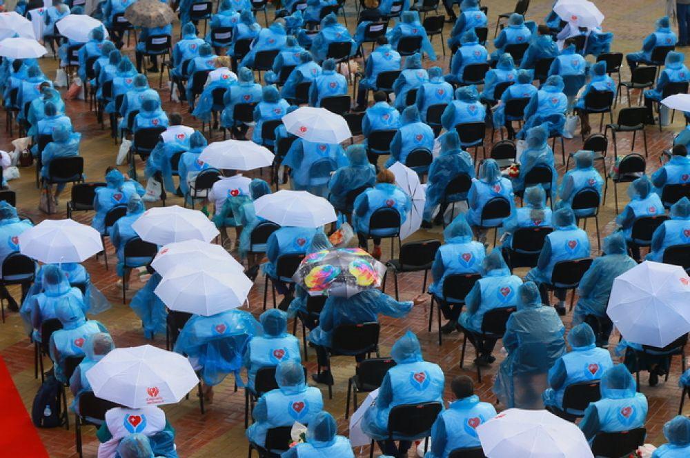 Концерт врачам пришлось смотреть в дождевиках и под зонтами.