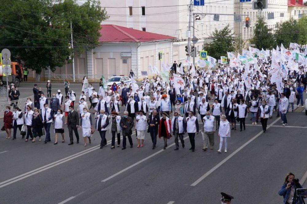 Начало парада на улице Заки Валиди.