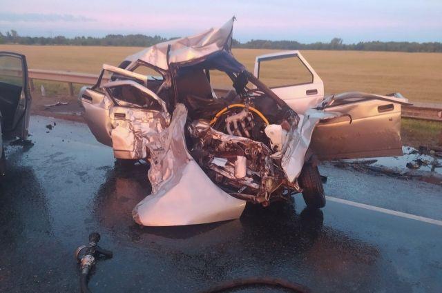 Под Бузулуком столкнулись «ВАЗ» и иномарка, погиб один из водителей.
