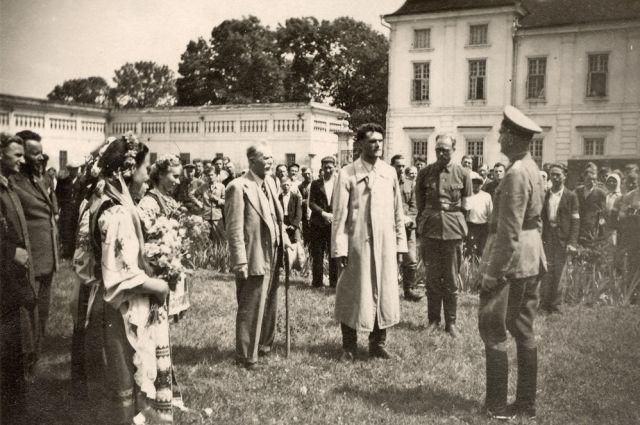 Украинцы приветствуют немцев, 1941 год.