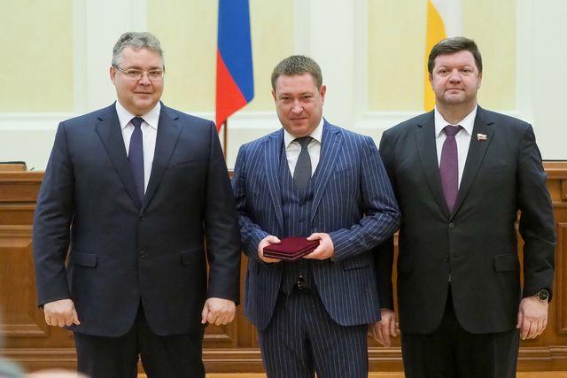 Владимир Колесников (в центре) удостоен звания заслуженного врача РФ.