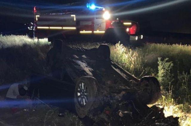 В Оренбургском районе иномарка перевернулась в кювет, водитель погиб.