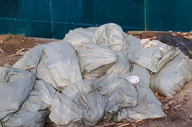В Лабытнанги добровольцы организовали субботник в микрорайоне Обском