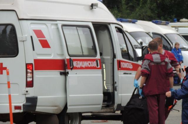 Очевидцы говорят, что в больницу увезли двух молодых людей.