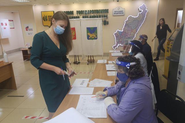 В холле дирекции предприятия работали сотрудники 705-го избирательного участка.