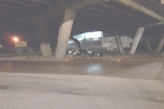 Оренбурженка на иномарке врезалась в опору моста, есть пострадавшие.