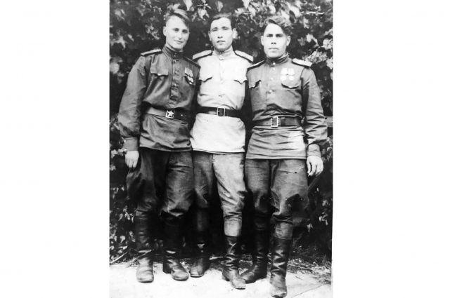 Это фото Василий Быков (он на снимке справа) отправил родителям 8 июня 1946 года из немецкого города Бранденбурга.