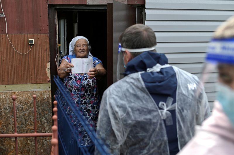 Надомное голосование в селе Николаевка Омской области.