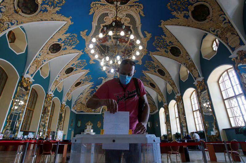 Мужчина голосует на участке в здании Казанского вокзала в Москве.