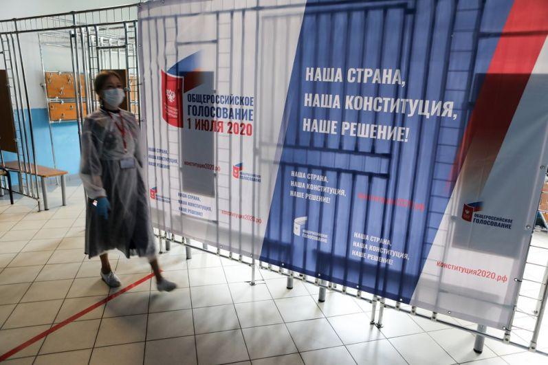 Голосование по поправкам в Конституцию на одном из участков в Москве.