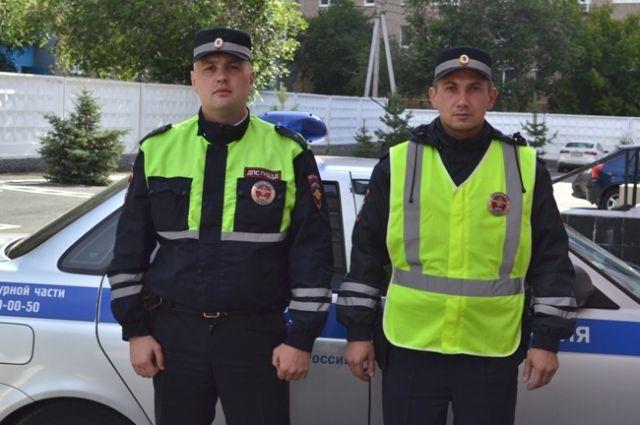Благодаря своевременному реагированию и профессионализму младший лейтенант полиции Александр Николаев и Антон Гусак спасли 79-летнего мужчину.