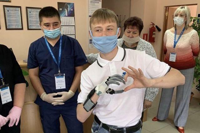 Для жителя Советского изготовили бионический протез кисти