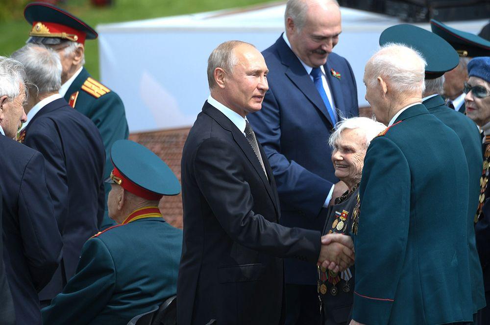 Владимир Путин приветствует ветеранов Великой Отечественной войны (ВОВ) на церемонии открытия Ржевского мемориала Советскому солдату.