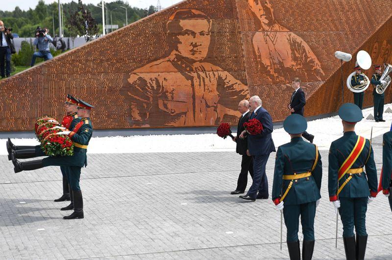 Владимир Путин и Александр Лукашенко на церемонии открытия Ржевского мемориала Советскому солдату.