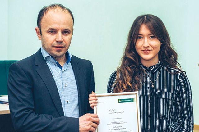 Руководитель Башкирского филиала РСХБ Алексей Самсонов вручает Алсу Кабировой сертификат на именную стипендию Банка.