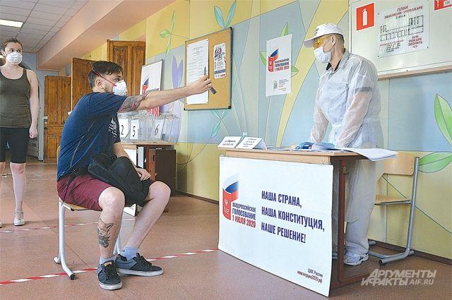 На участке для голосования всем необходимо соблюдать социальную дистанцию.