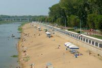 На два городских пляжа на реке Урал уже завезли песок.