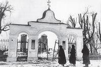 Местные жители у разрушенной фашистами Афанасьевской церкви. Гдов, 1944 г.