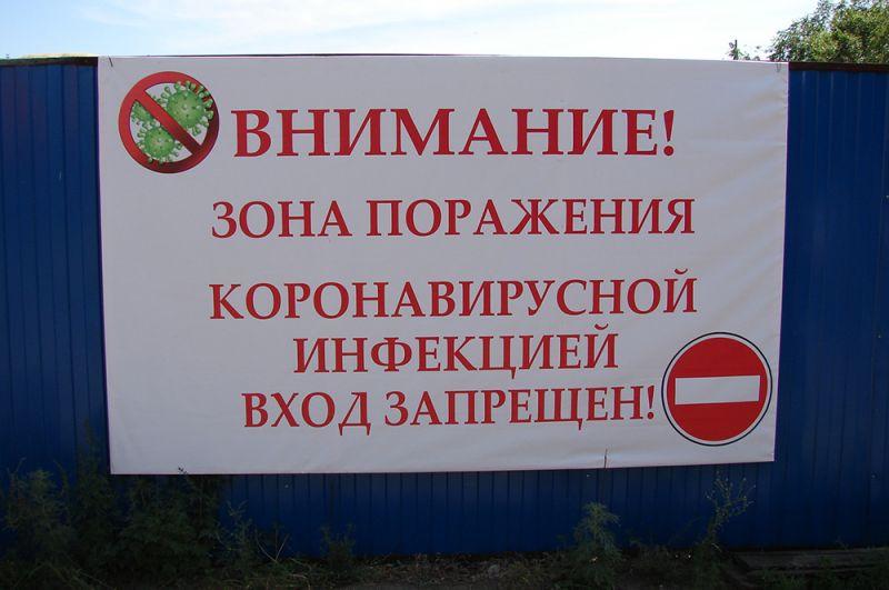 Огороженный лагерь, охраняемый военной полицией, разбили не территории спортивного городка местного медицинского института.