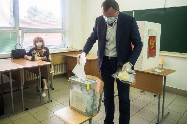 Секретарь Регионального отделения Партии «Единая Россия», вице-губернатор Олег Димов вместе со своей женой пришел на избирательный участок 30 июня, чтобы проголосовать за внесение изменений в Конституцию.