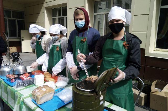 Тюменцев угощают солдатской кашей с тушенкой на полевых кухнях