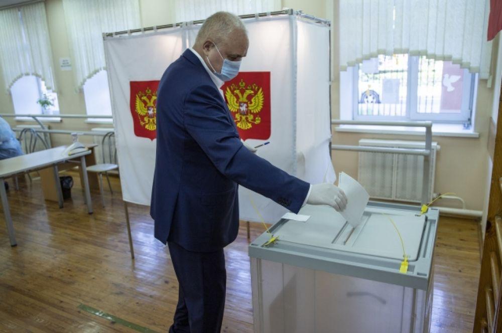 Губернатор Кузбасса Сергей Цивилев принял участие в голосовании утром 25 июня на участке № 331 в Кемерове.
