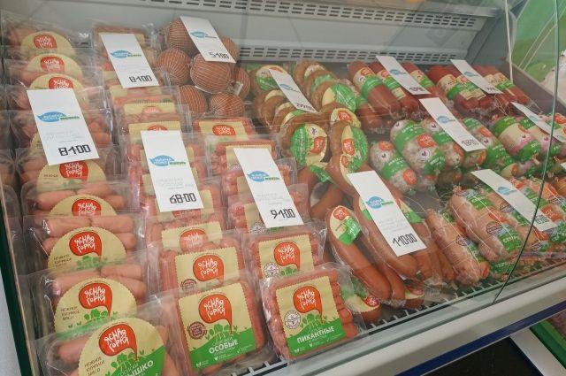 Тюменцы активно покупают колбасы и «молочку» на ярмарке