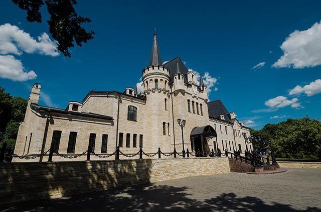 Замок Андрея Владимировича Романова расположен в липецком селе Борки.