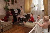 При наличии всех необходимых документов для открытия семейной дошкольной группы многодетную маму-воспитателя принимают на работу.